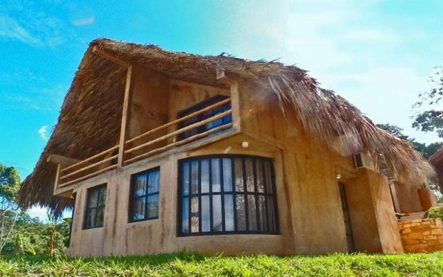 La construcción del hotel está hecha con materiales típicos de la zona
