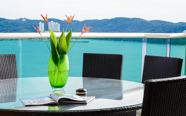 Te ofrece vistas al mar desde el balcón