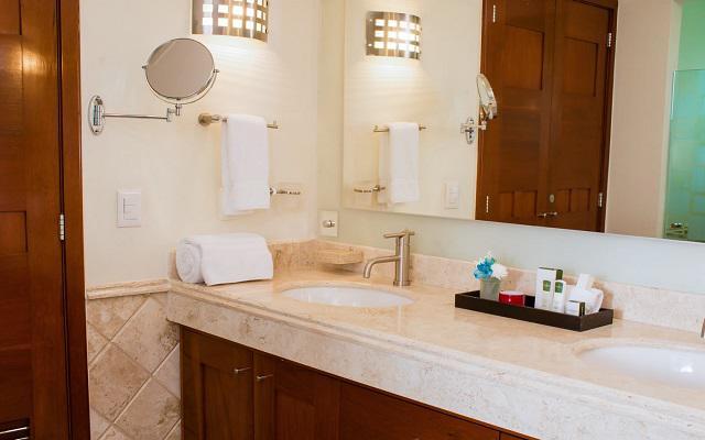 Cuenta con acabados de lujo con mármol en los baños