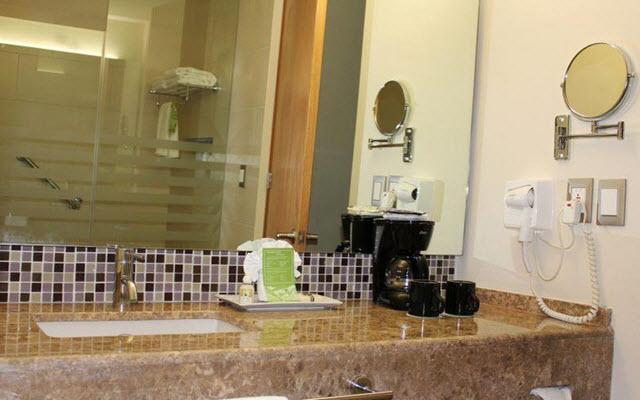 Baño completo y limpio con amenidades especiales.