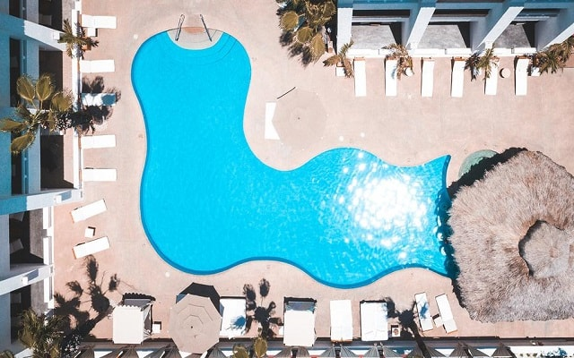 Bahía Hotel & Beach House, disfruta de su alberca al aire libre