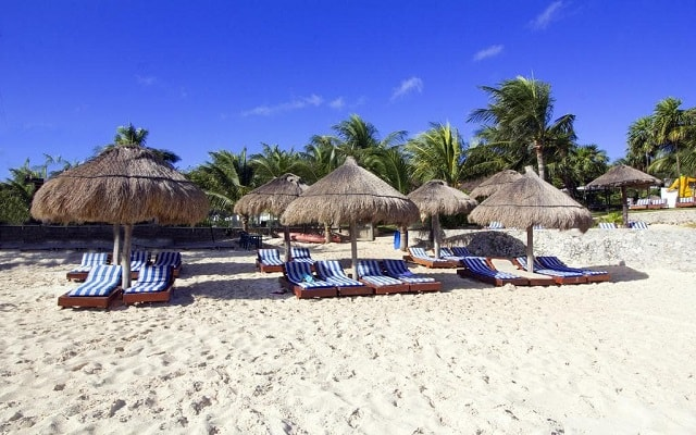 Beach House Dos Playas by Faranda Hotels, descansa en la comodidad de sus camastros