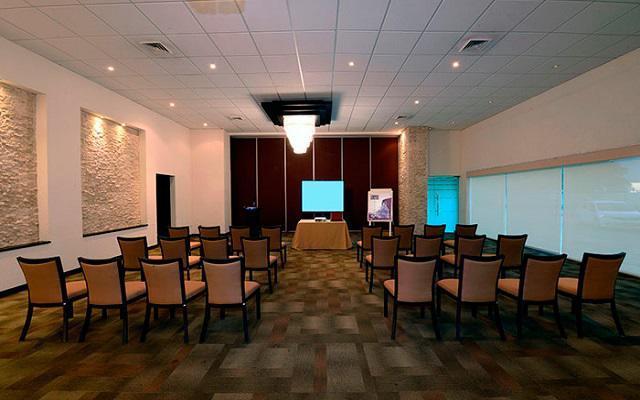 Si viajas por negocios el hotel te ofrece espacios para tus reuniones