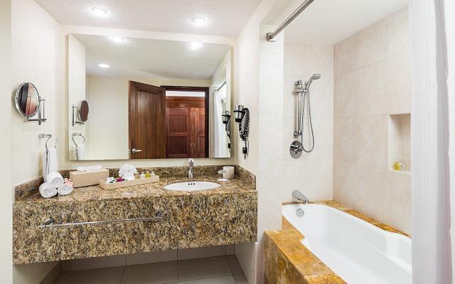 Tinas De Baño Romanticas:el hotel ofrece una amplia zona de albercas a solo 5 minutos de playa