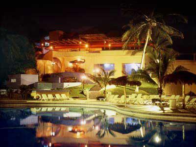 Vista de noche del hotel Bluebay Los Ángeles Locos