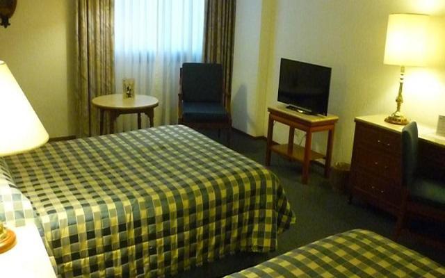 Te ofrece habitaciones de estilo sencillo y a precios accesibles
