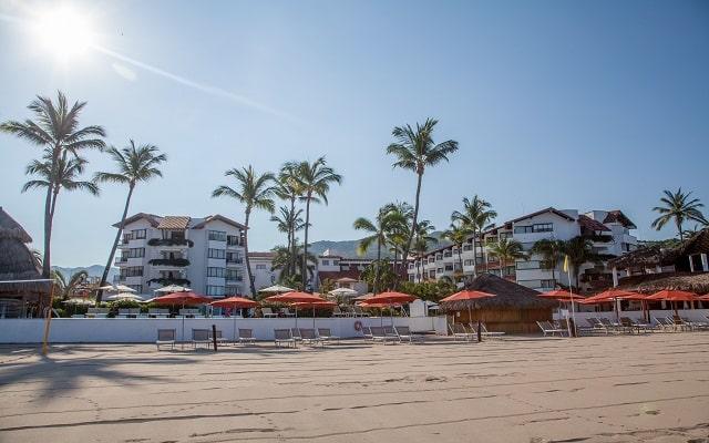 Buenaventura Grand Hotel and Great Moments, asoléate en la playa en sus cómodos camastros