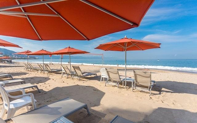 Buenaventura Grand Hotel and Great Moments, descansa en su playa.