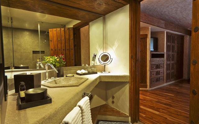 Busué A Boutique Experience Hotel, elegantes baños revestidos con ducha