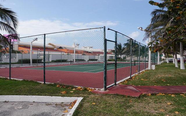 El condo-hotel dispone de cancha de tenis