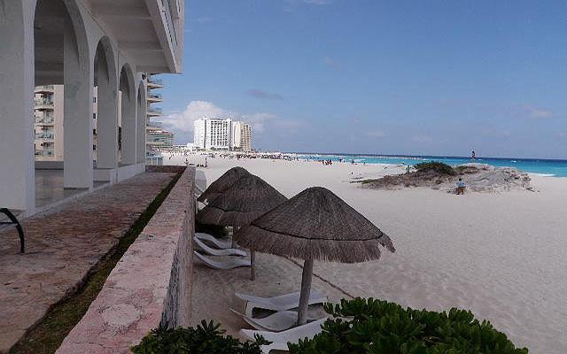 Playa de fina arena y el mar azul que caracteriza a Cancún