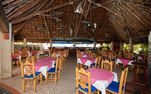 El restaurante se localiza a la orilla de la alberca