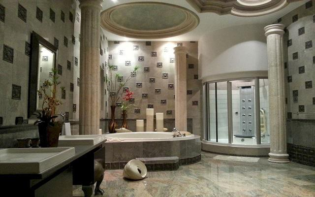 Dispone de un cuarto de baño con acabados en mármol y lujoso mobiliario