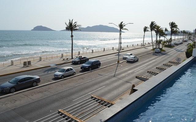 Coral Island Beach View Hotel, cruzas la avenida y te encuentras con la playa