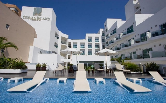 Coral Island Beach View Hotel, disfruta su alberca al aire libre