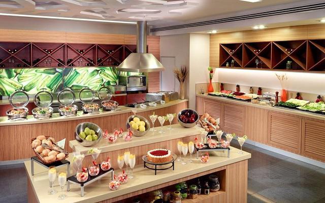 Disfruta de los alimentos en el restaurante Centro de comida internacional.