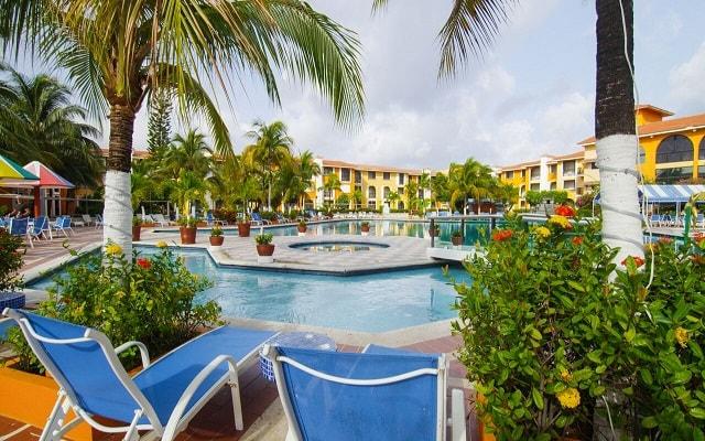 Cozumel Hotel & Resort Trademark Collection by Wyndham, descansa en la comodidad de sus camastros
