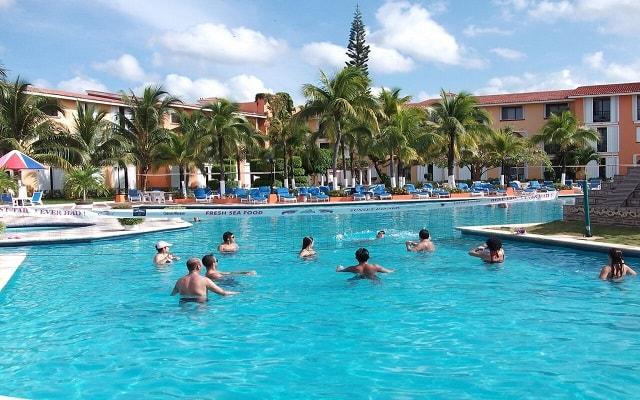 Cozumel Hotel & Resort Trademark Collection by Wyndham, juega voleibol en la alberca