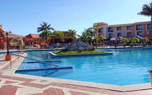 Cozumel Hotel & Resort Trademark Collection by Wyndham, sumérgete en su alberca al aire libre