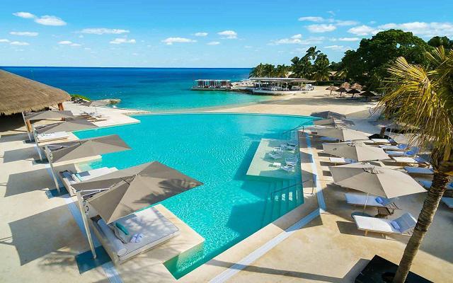 Presidente Intercontinental Cozumel Resort, puedes asolearte y descansar en los camastros