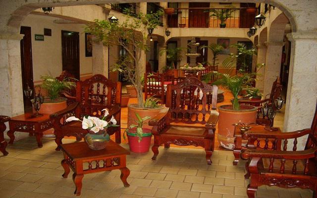 Te ofrece áreas comunes con muebles rústicos de madera