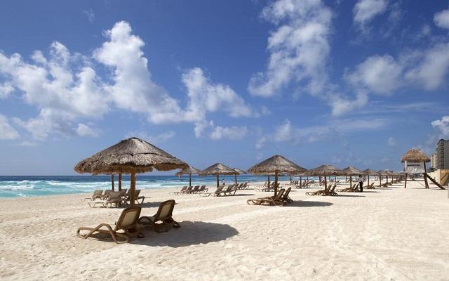 Emporio Hotel & Suites Cancún, relájate en una de las palapas en la playa