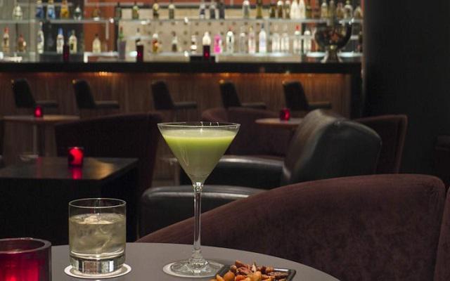 Tómate una copa en su bar