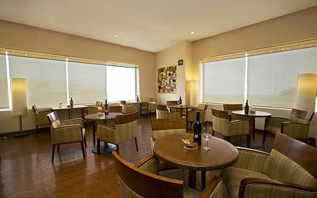 Fiesta Inn Coatzacoalcos, cuenta con un restaurante de especialidades internacionales