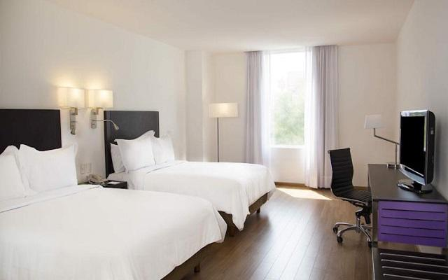 Te ofrece amplias habitaciones de estilo moderno