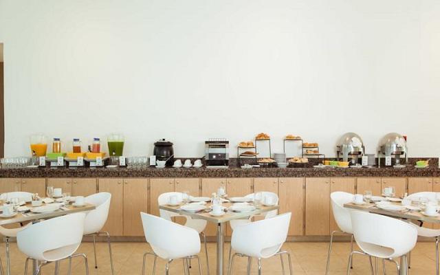El restaurante Café La Fiesta te ofrece un menú de comida internacional