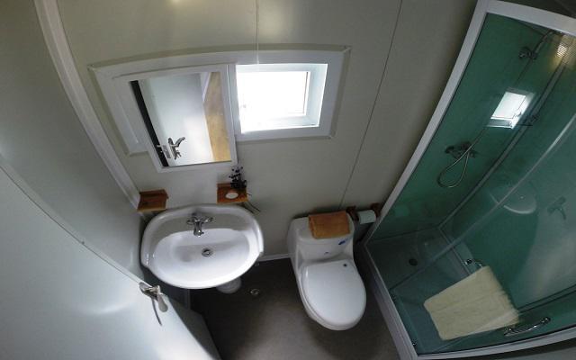 Cuenta con un cuarto de baño pequeño pero muy completo