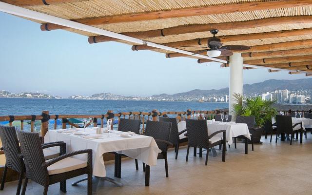 Grand Hotel Acapulco Convention Center cuenta con un restaurante que ofrece vista a la bahía