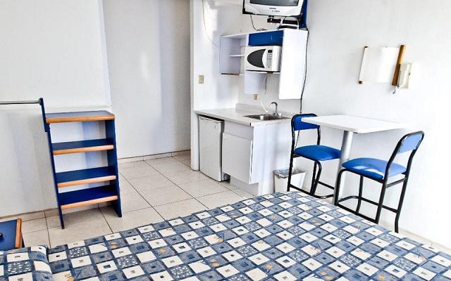Las habitaciones cuentan con cocineta que incluye refrigerador, microondas y utensilios