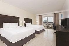 Habitación Suite con Balcón Dos Queen del Hotel Hotel La Quinta By Wyndham Cancún