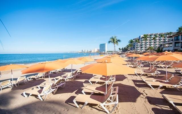 Hacienda Buenaventura Hotel and Mexican Charm, goza del sol en la comodidad de los camastros la playa