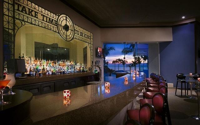 Hard Rock Hotel Vallarta, disfruta una copa en ambientes de gran confort