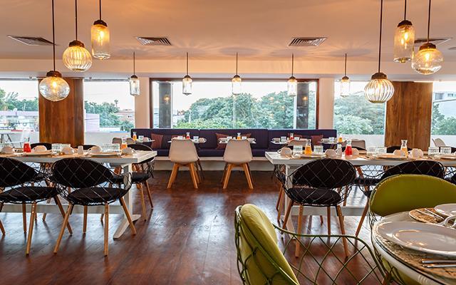 Hotel HM Playa del Carmen modernidad en su restaurante con desayuno buffet