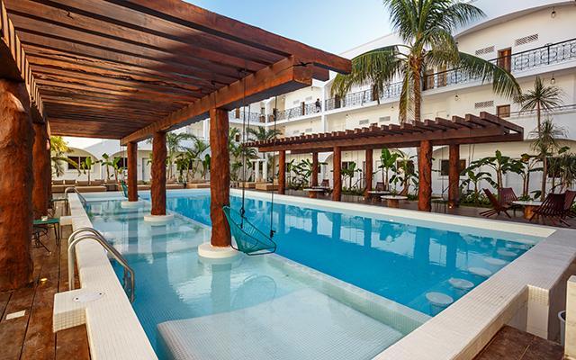 Hotel HM Playa del Carmen disfruta del sol en su alberca