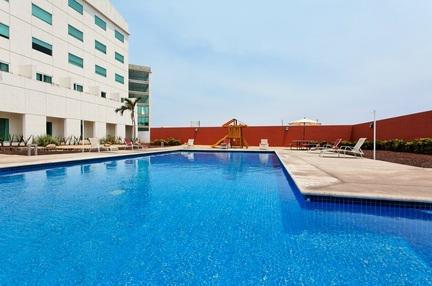 Alberca del hotel Holiday Inn Express Manzanillo