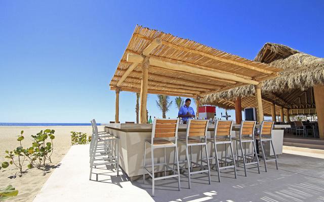 Hotel Holiday Inn Los Cabos cuenta con un bar en la playa