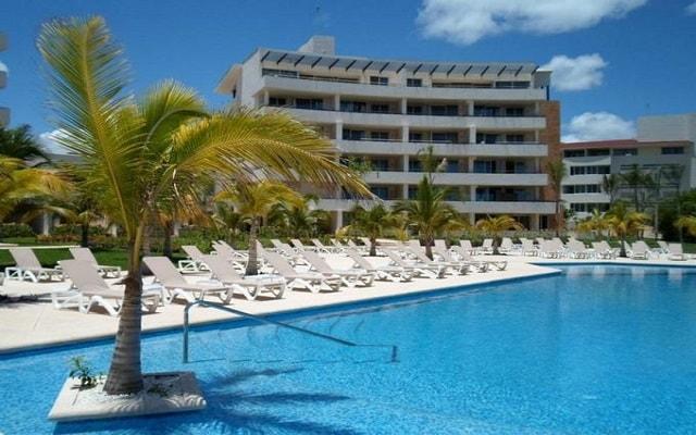 Aak-Bal Beach Condos by La Tour Hotels and Resorts, disfruta de su alberca al aire libre