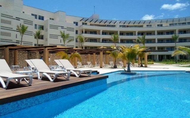 Aak-Bal Beach Condos by La Tour Hotels and Resorts, relájate en la comodidad de sus camastros