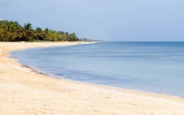 Aak-Bal Beach Condos by La Tour Hotels and Resorts, descansa a pasos de la playa