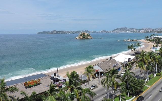 Hotel Acapulco Tortuga, la playa se encuentra cruzando la costera