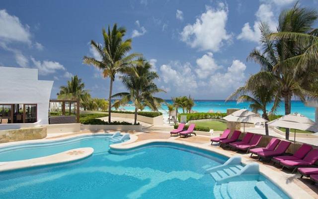 Hotel Altitude by Krystal Grand Punta Cancun-All Inclusive, disfruta de su alberca al aire libre