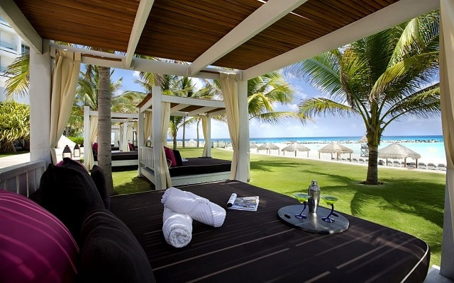 Hotel Altitude by Krystal Grand Punta Cancun-All Inclusive, relájate en el confort de una cama balinesa