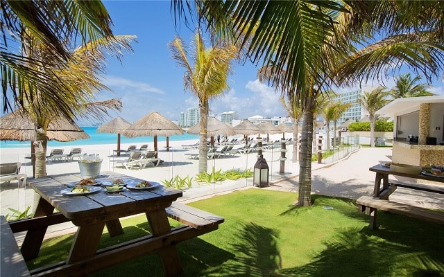 Hotel Altitude by Krystal Grand Punta Cancun-All Inclusive, The Beach Bar and Grill