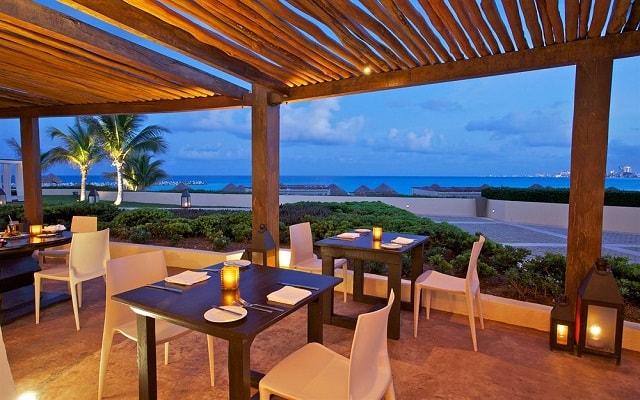Hotel Altitude by Krystal Grand Punta Cancun-All Inclusive, disfruta tus alimentos con hermosas vistas del océano