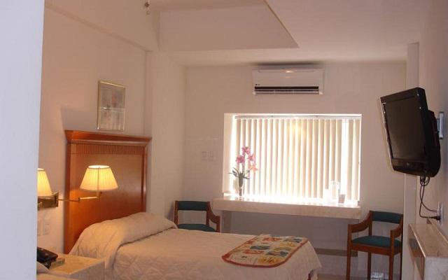 Cuenta con habitaciones con el equipamiento básico