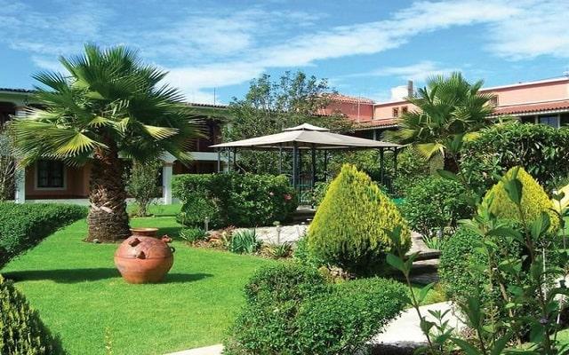 Hotel Arrecife de Coral, pasea por el jardín